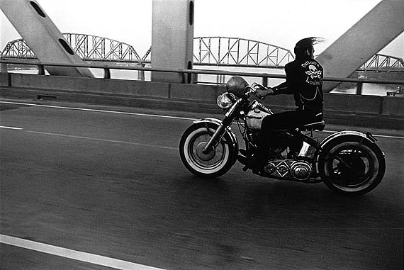 Crossing the Ohio, Louisville, 1966, © Danny Lyon