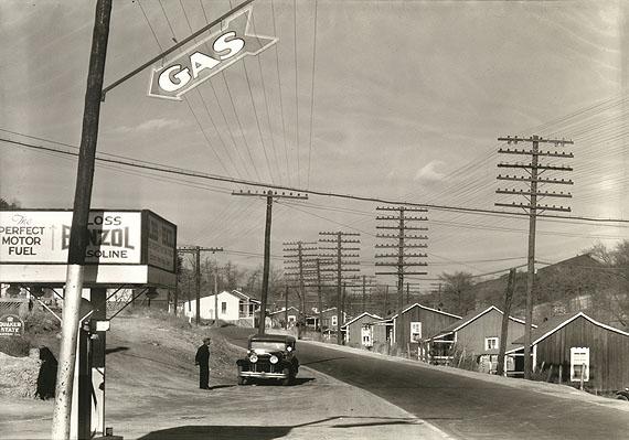 Walker Evans: Roadside Gas Station with Miner's Houses across Street, Lewisburg, Alabama, December 17, 1935© Walker Evans Archive, The Metropolitan Museum of Art New York
