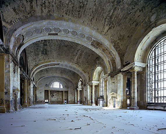 Michigan Central Station, Waiting Hall, 2008 © Yves Marchand & Romain Meffre, Courtesy Galerie Edwynn Houk