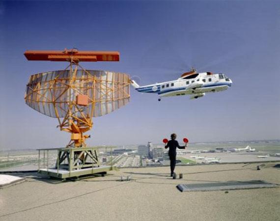 © Frits J. Rotgans / Nederlands Fotomuseum, North Sea Helicopter near radar antenna, Schiphol (about 1972–1973)