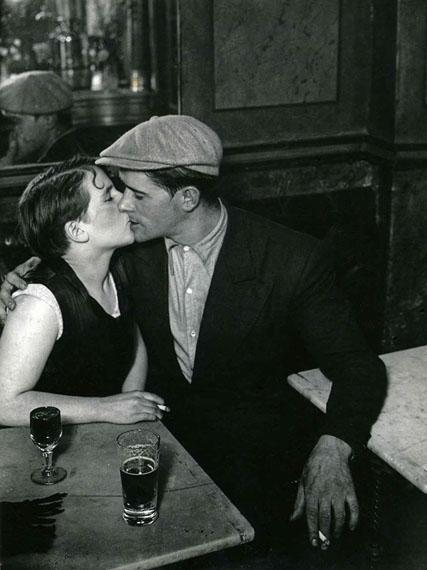BRASSAÏ (1899-1984)Couple d'amoureux dans un bistrot, rue Saint-Denis, vers 1932© Estate Brassaï