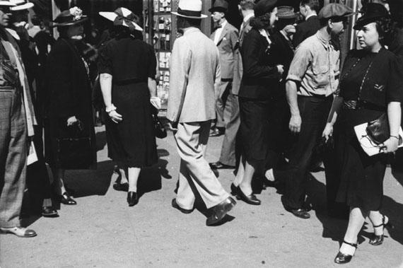 Rudy Burckhardt: Sidewalk XIV, New York, 1939 © The Estate of Rudy Burckhardt and Tibor de Nagy Gallery, New York