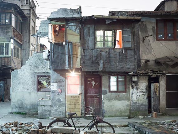 "Peter Bialobrzeski  ""Nail Houses #57"" aus der Serie ""Nail Houses – or the Destruction of Lower Shanghai"""
