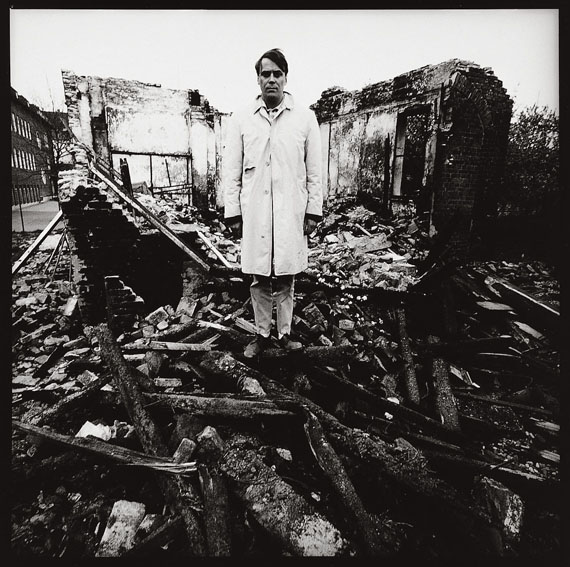 Lothar Wolleh: Günther Uecker, Abgerisse, [auf den Trümmern seines abgerissenen Atelierhauses], Mitte der 1960er Jahre, © Oliver Wolleh