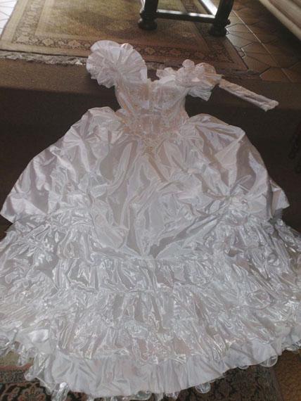 """Miriam Gossing: aus der Serie """"Wedding dress unworn"""", C-Print, 2014"""