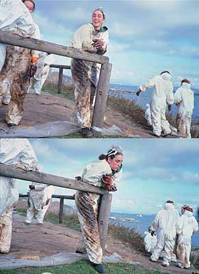 Ausstellungssujet: Volunteer watching, volunteer smiling (Isla de Ons, 12/19//02), aus der Serie Black Tide / Marea Negra, 2002-03
