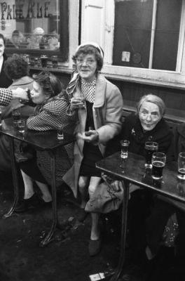 Jürgen Schadeberg, Sherry Drinkers, Glasgow, courtesy Seippel Gallery Cologne/Johannesburg