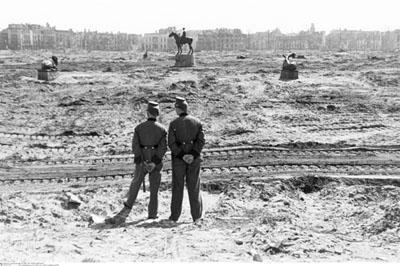 Deux policiers devant le Tiergarten dévasté. Berlin, 1946 © Bildarchiv Preußischer Kulturbesitz Berlin