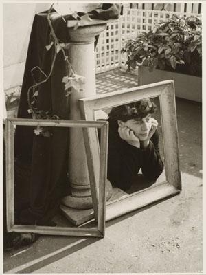 Florence Henri (Ohne Titel) Selbstporträt 1938/1984 Silbergelatine Baryt 36,5 x 27,1 (Darstellung) 38,5 x 28,7 (Blatt) Sammlung Ann und Jürgen Wilde / Sprengel Museum Hannover