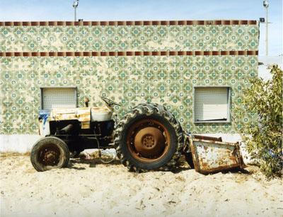 Joachim Brohm, Culatra 08: Tractor #1, analog c-print on aluminium-dibond, 85x105 cm