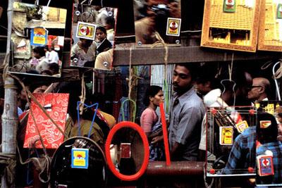 Raghubir Singh, Pavement Mirror Shop, Howrah, West Bengal, 1991, C-print, 100 x 140 cm, © Succession Raghubir Singh