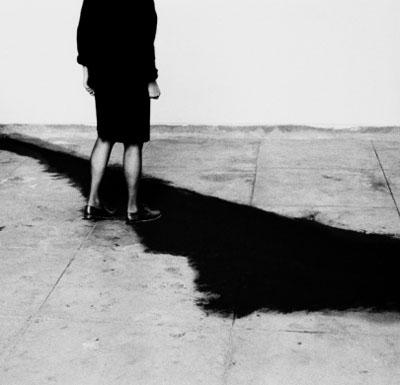 Helena Almeida, A onda 1997, B&W photography, 130cm x 126cm, Courtesy Galería Helga de Alvear, www.helgadealvear.com
