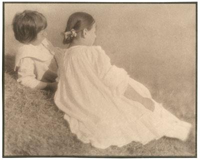 Heinrich Kühn, HANS UND EDELTRUDE IM GRAS (II), c. 1910, Vintage. Platinotype on laid paper. 23,3x29,1cm (23,9x29,7cm), Courtesy Villa Grisebach Auctions