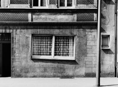 Wilhelm Schürmann: Schräges Fenster, 15.4.1980, Dortmund-Steinhammerstr.aus dem Projekt: Wegweiser zum Glück. Bilder einer Straße 1979-1981© Die Photographische Sammlung/SK Stiftung Kultur, Köln 2012
