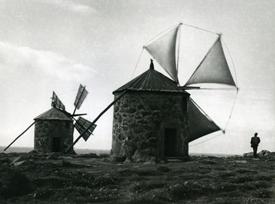Alfred Ehrhardt, Uralte Windmühlen am Atlantik, 1951, 17,5 x 23,5 cmVintage, Silbergelatineabzug© Alfred Ehrhardt Stiftung