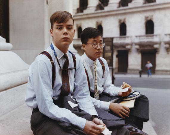 Joel SternfeldSummer Interns Having Lunch, Wall Street, New York, August 1987aus der Serie: Stranger PassingC-print© Courtesy of the artist and Luhring Augustine, New York, 2012