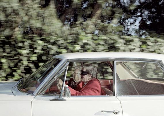 """Aus der Serie VECTOR PORTRAITS""""Rasende Frauen fahren Richtung Südwest bei 66 km/h auf der 26th Street in der Nähe des Riviera Country Clubs, Pacific Palisades, Kalifornien""""Digital C-Print, 121 x 181 cm. Auflage: 3© Andrew Bush"""