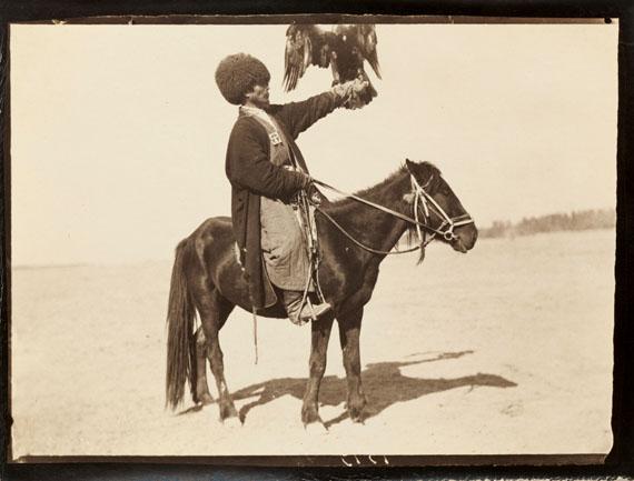 Paul Nadar. Voyage au Turkestan. Août-Novembre 1890. Fauconnier de l'équipage du khan de Khiva.  Ensemble de 21 épreuves argentiques d'époque.
